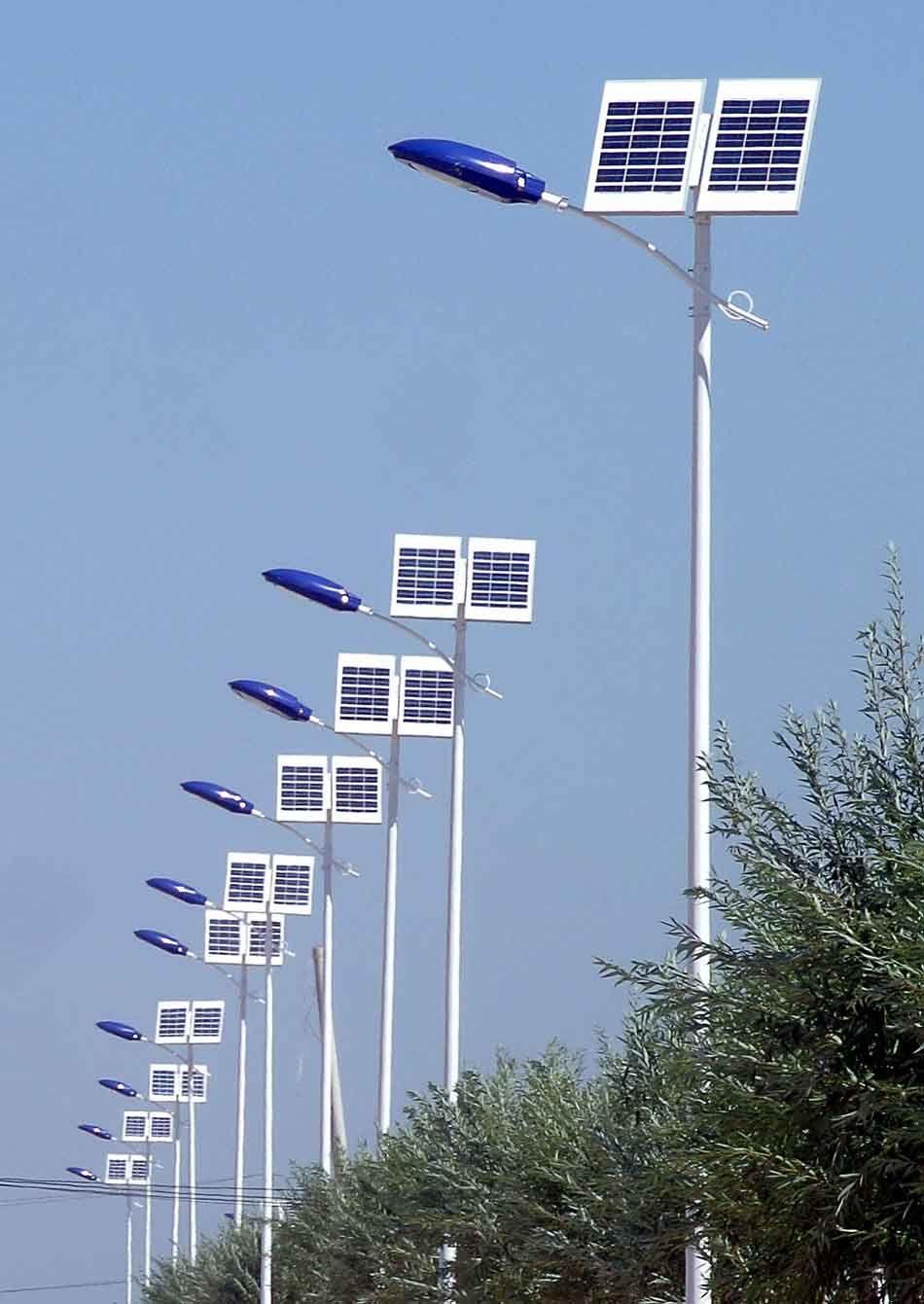 عملية توريد و تركيب و اعمدة انارة تعمل بالطاقة الشمسية و كشافات ليد