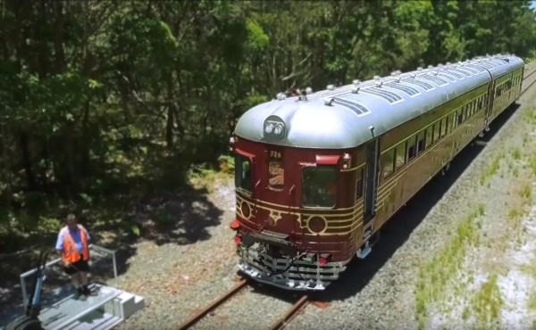 تعرف علي اول قطار في العالم يعمل بالكامل بالطاقة الشمسية بالفيديو